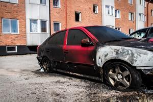 Bilar har brunnit mitt i bostadsområdet. Bredvid lägenhetshus och nära andra bilar.