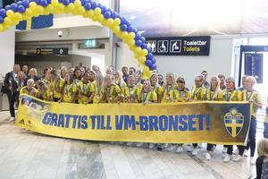 Landslaget gratulerades med en officiell mottagning på Landvetter innan firandet fortsatte på Götaplatsen.