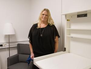 """Ulrica Söder, barnmorska, visar hur det ser ut i amningsrummet och att där även finns ett skötbord. Här går det att stänga om sig. """"Vi kommer också ha möjlighet att väga spädbarnen och då kan vi se om barnet går upp i vikt efter amningen, som de ska"""", säger Ulrica."""