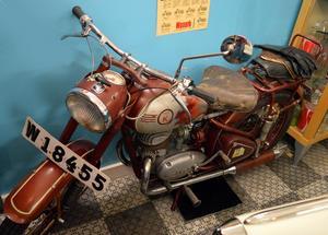 Det här är Runes far Anders gamla motorcykel. Den är ihopsatt på Kroon i Vansbro, skrotades 1971 och stod därefter i en lada i Dala Järna i 42 år tills Rune renoverade den.