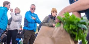 Rebecka Ragnarsson från Ljusnedal på plats för att hämta sina beställda grönsaker på Risnäset.