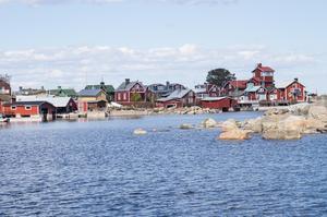 Det finns 32 hushåll på Rönnskär. För tre år sedan fick ön el men det är inte alla stugor som har det. Det är bara den gamla lotsstugan som har rinnande vatten, de andra är hänvisade att hämta vatten i brunnen.