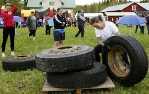 Eleonore Sahlin var en av de som valde att anta utmaningen att på tid stapla fyra tunga däck på en lastpall.