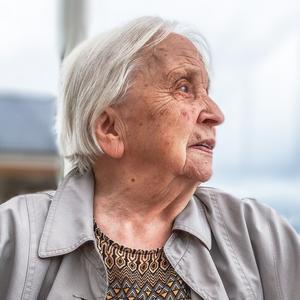 Åsbon Katrina Reslegård föddes 3 november 1918 i Husås och avled 19 juli 2018 på Blomstergården i Krokom. Hon arbetade som organist, på pastorsexpeditioner i dåvarande Rödöns pastorat, och som studiecirkelledare – och fortsatte jobba även efter att hon fyllt 90.