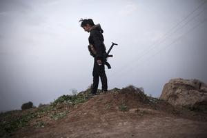 En kurdisk soldat patrullerar nära Qamishli i nordöstra Syrien.  Foto: Manu Brabo