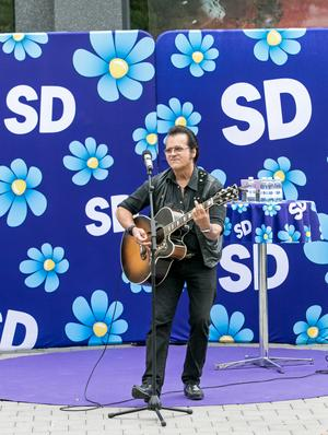 Artisten Peter Jezewski spelade på SD:s torgmöte och passade samtidigt på att uppmana de närvarande att personkryssa honom. Han är uppsatt på 72:a plats på SD:s riksdagslista för Örebro.