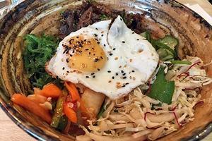 Bibimbap, en koreansk maträtt.