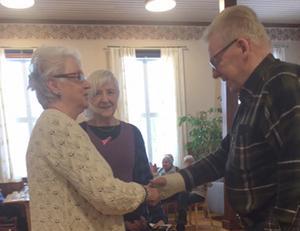 Jonne Andersson tackar besökande från Emmaföreningen. Foto: Göran Näslund