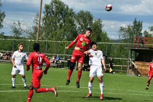 Anundsjös mittback och lagkapten Emil Thors kommer högst.