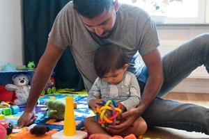 Föräldraledig pappa leker med sin dotter Foto: Isabell Höjman / TT