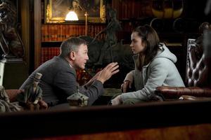 Sjuksköterskan Marta (Anna de Armas) får en nyckelroll när privatdetektiven Benoit Blanc (Daniel Craig) ska lösa ett mord i pusseldeckaren