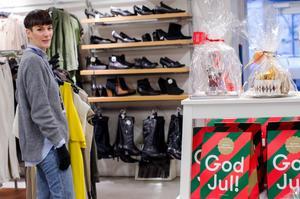 På Myrorna finns färdiginslagna hemliga julklappar för den som har svårt att bestämma sig. Josephine Lagerquist är biträdande butikschef.