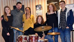 Emma Malmros, läraren Tomas Einarsson, Anja Larsson, Freja Vestberg, Ebba Vestberg och Ludvig Bengtsson. Eleverna uppträder tillsammans under namnet  Under Surface.