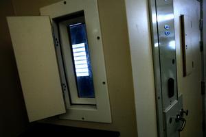 Fångarnas celler är förslutna med tjocka dörrar men med ett fönster med lucka på utsidan. Arkivfoto: Pavel Koubek.