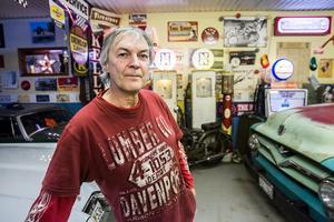 Mikael Svensson mår som allra bäst hemma i garaget.