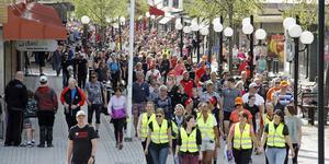 Brainwalk-tåget fyllde hela Stora gatan med folk i promenadens inledning.