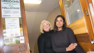 Barnmorskan Lena Malm och kuratorn Bodil Forsberg välkomnar ungdomar till deras nya lokaler i Hallstavik.