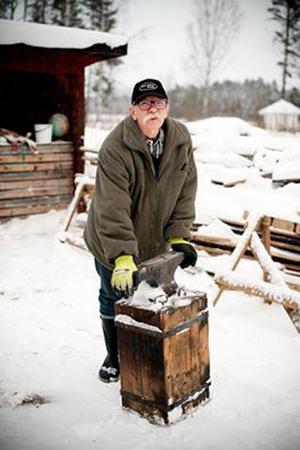 Matts Fällman förbereder sig inför smidesuppvisningen under Julstämning i Furudal. FOTO: MALIN JONES