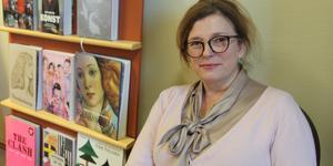 Giovanna Jörgensen, som är bibliotekschef i Nynäshamn, berättar om Helene Schjefbeck den 14 november i Nynäshamns bibliotek.