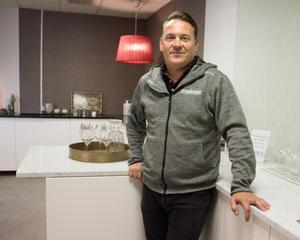 Efter konkursen har Anders Rönngren gått över till att bara sälja stenprodukter, bland annat bänkskivor.