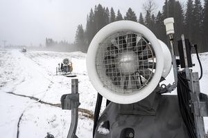 Nu står snökanonerna och väntar på kallare väder för att ge Sidsjöbacken ett tjockt snötäcke.