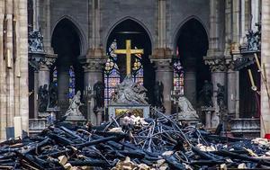 Förödelse efter branden med det instörtade taket i Notre-Dame. Kyrkans huvudorgel klarade sig. Dess placering mellan de två tornen var mer skyddad. Foto: Christophe Petit Tesson/AP-TT