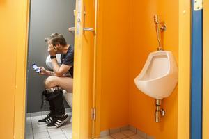 Enligt ett pressmeddelande från Hemab ska det finnas fler personer i världen som har tillgång till en mobiltelefon än en toalett.