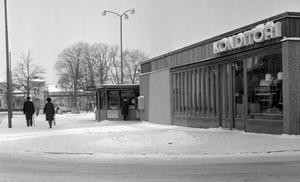 a4259c72978 Det fanns ett konditori vid busstationen, där Rättscentrum ligger i dag.  Bild från 1963