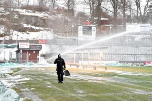 Det blir ingen hemmapremiär på Stadsparksvallen för Jönköpings Södra på lördag. Planen hinner inte bli spelduglig i tid.