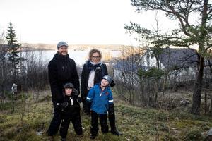 Hela familjen Aamisepp i skogsbrynet ovanför huset i Nyhamn. De trivs med närheten till naturen.