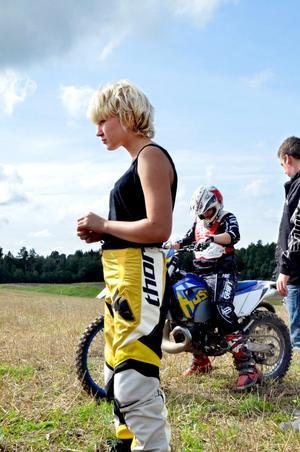 Att köra enduromotorcykel är en fysiskt krävande sport men 14-åriga Nellie Kumpula låter sig inte skrämmas av det. - Jag har kört i ungefär ett år. Än så länge har jag bara varit med i en tävling, men jag ska fortsätta, säger hon.