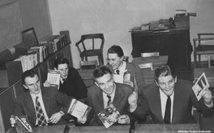 Glada män vid skolbänkar med vinylskivor någon gång på 1950-talet. Från vänster: Conny Segelberg, Torsten Holmberg, Carl-Olof Steen, Lennart Holmberg, okänd. Bildkälla: Örebro stadsarkiv, okänd fotograf