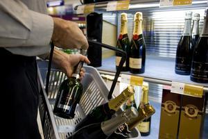 Många staplade drycker är tunga. Golv och hyllor måste vara bärkraftiga i Systembolagets lokaler.