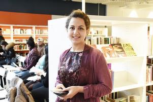 """Världspoesidagen uppmärksammas med diktläsning på Stadsbiblioteket i Jönköping. Bland annat framförde Nasim Jalali sin dikt """"Defekt kretslopp""""."""