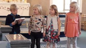 """: Här har Isak redan fått sin bibel. Hjalmar, Sally och Valentina väntar spänt på sina. Det är den """"vanliga"""" barnens bibel de får."""