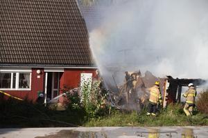 En stund senare rasar husets ena gavel med ett brak.