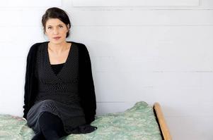 Kristina Sandberg fortsätter och avslutar sin vidunderliga berättelse om hemmafrun Maj och hennes värld.   Foto: Maria Annas