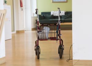 Vem ser till att särskilda boenden för äldre skyddas i krissituationen, undrar debattörerna.