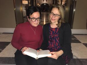 Bibliotekschefen i Ljusdal Lisa Ångman Karin Forsgren Anderung, verksamhetsutvecklare för litteratur, planerar satsningen på Månadens författare. Bild: Region Gävleborg