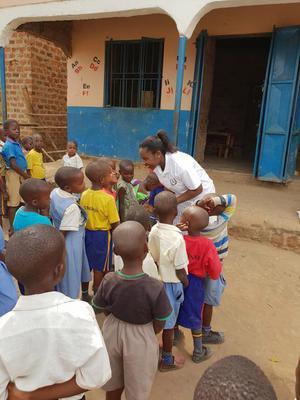 Tidigare i år besökte Rita Nalule en grundskola där barnen saknade skolmat och skolmaterial och alla bidrag var varmt välkomna. Foto: Privat