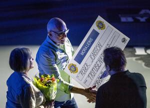 Kais Mora–tränaren Roger Jonsson fick stipendium före torsdagens match. Foto: Ulf Palm / TT