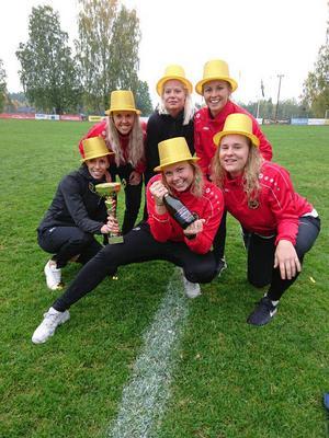Erika Funk, med skumpan, omgärdad av segerrusiga lagkamraterna Erika Sjöström, Josefin Åkerlund, Ellen Tollsten, Josefin Snell och Emma Berglund.