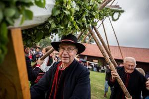 Jan Eriksson håller ett stadigt grepp om riktbrädan som ser till att stången hålls på plats under resningen.