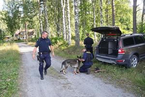 Polisen letade efter den dömda mördaren.