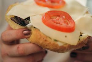 Den återkallade osten är av märket Arla Familjefavoriter skivad Port Salut. Foto: Fredrik Persson/TT