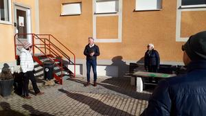 Stefan Söderlund, vd för Hudiksvallsbostäder, informerar promenadgruppen. Bild: Lars Norlander.