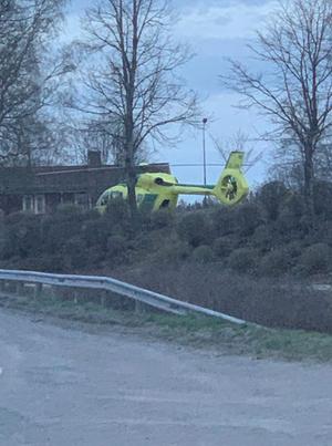 Även en ambulanshelikopter beordrades ut till olycksplatsen. Läsarbild: Marcus Lindgren.