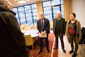 Anders Teljebäck (S), kommunstyrelsens ordförande, Lars Kallsäby (C) och Anna Thinell (MP)  tar emot hyresgästernas namnlistor. Längst till vänster Tomas Östling från Hyresgästföreningen.  Målet med namninsamlingen är att få kommunfullmäktige att rösta nej till den planerade försäljningen.