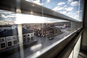 Utsikt mot Gruvgatan. Lägenheterna har här extra förstärkta bullerfönster.