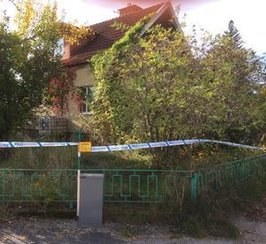 Kvinnan hittades död i bostaden av polisen på lördagskvällen. Teknisk undersökning ska ske på platsen.